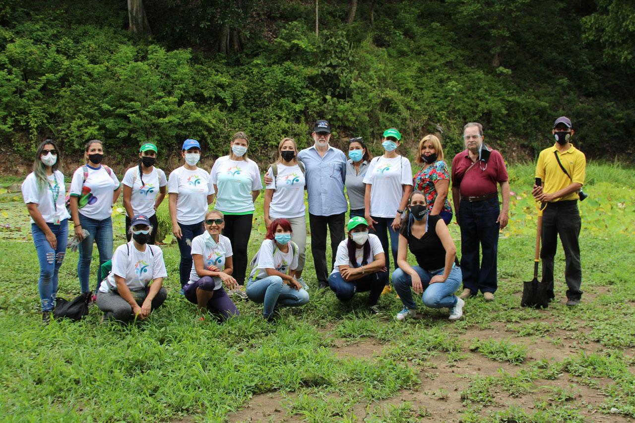 Grupo se retrata luego de haber cumplido la misión: Sembrar nuevos árboles en el Jardín Botánico de Caracas.