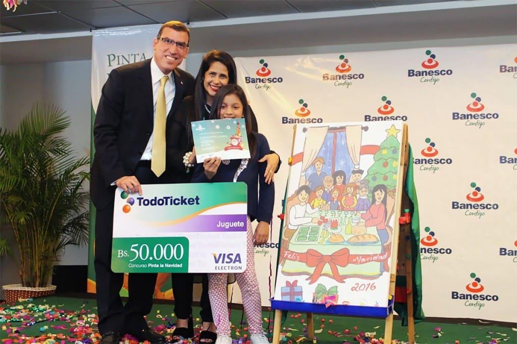 Miguel Angel Marcano y Maigualida con la ganadora Esthephany develando el dibujo ganador