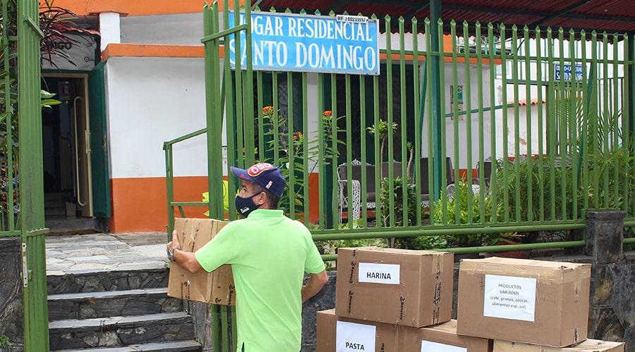 Bajo medidas de bioseguridad los miembros del Voluntariado Corporativo  entregaron el donativo de los trabajadores de Banesco al Hogar Santo Domingo.